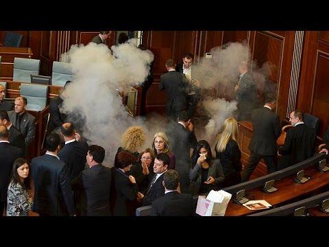 Κόσοβο: Δακρυγόνα και σπρέι πιπεριού στο κοινοβούλιο