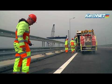 На дорожное полотно Крымского моста наносят разметку