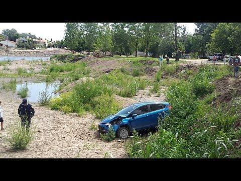 Video | Un auto cayó en el lecho del río