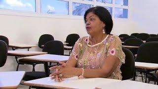 Professora aposentada volta a ser aluna em universidade cursando direito
