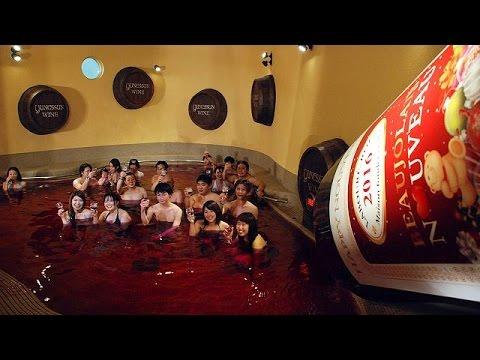 Ήρθε το νέο Beaujolais όχι μόνο για να το πιείτε αλλά και για να… λουστείτε