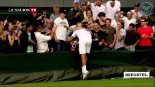 Un profesor de tenis  enfrenta a Roger Federer en Wimbledon.
