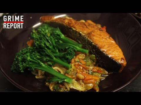 WHIPPIN IN DA KITCHEN (COOKING SHOW) | STIR FRY, SALMON & BROCCOLI @TheGrimeReport @RD_MusicUpdates