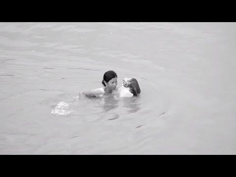 Vì không có cầu, Bác Bảy phải bơi qua sông thay vì đi đò để tiết kiệm tiền | Kiến Tạo Nhịp Cầu 2018 - Thời lượng: 53 giây.