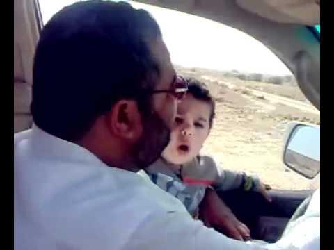طفل صغير ينشد مع ابوه . ما شاء الله