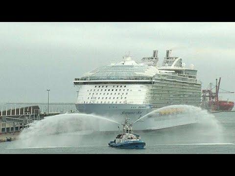 العرب اليوم - شاهد: أكبر سفينة سياحية تدشن أولى رحلاتها