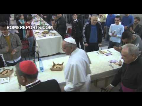 Francisco almorzó con presos en Nápoles