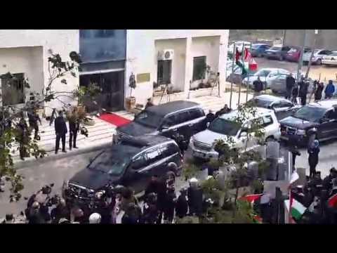ضرب وزير الخارجية الكندي بالبيض و الكنادر امام وزارة الخارجية الفلسطينية
