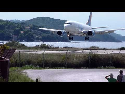 B737 landing at Skiathos airoport