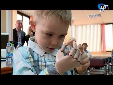 Два мальчика из Новгородской области получили роботизированные протезы