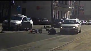 Kierowca – idiota wysiadający z samochodu prawie zabija rowerzystę.