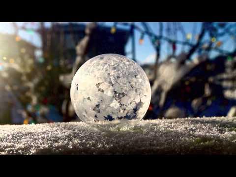他在冰天雪地的室外吹了一個肥皂泡泡,接下來「泡泡被急速冷凍的驚奇變化」真的太夢幻了!