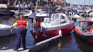 KNRM helpt bootje met kapotte motor