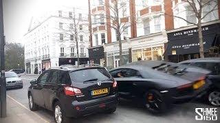Une Lamborghini Aventador arrive un peu trop vite dans une rue de Londres