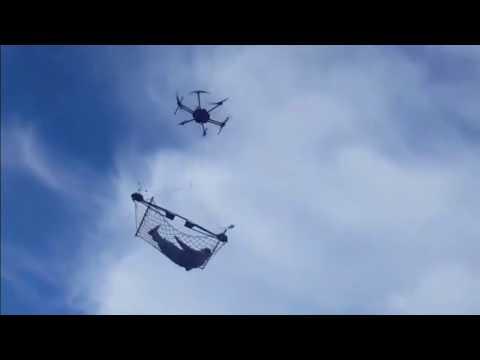 Iso drone lennättää miestä riippumatossa