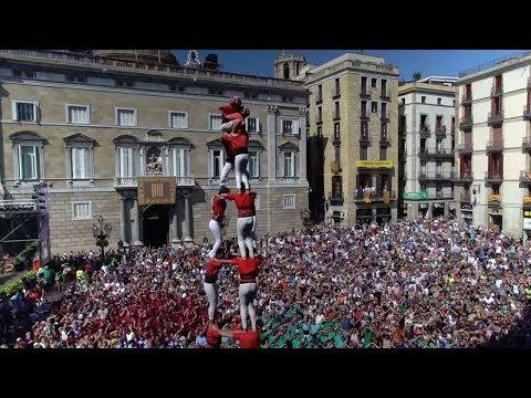 العرب اليوم - سكان برشلونة يبنون قلعة باجسادهم