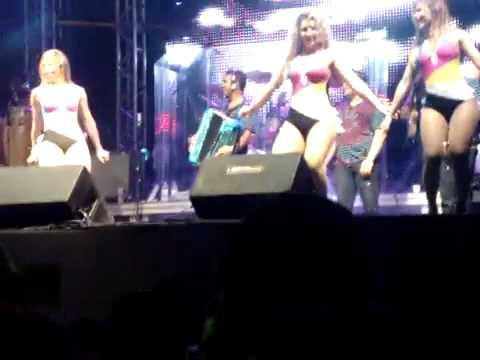 Dança do enfica - Aviões do Forró no Bloco Insaciáveis 2012 - YouTube.flv