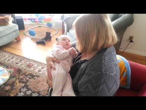 Babcia zaczyna śpiewać swojej wnuczce – Reakcja dziecka sprawia, że mama biegnie po kamerę!