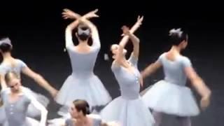 """更多搞笑欢乐影片尽在欢乐频道:https://goo.gl/3ZA80g大家应该看过各种格式的芭蕾舞,可是很少看到像这样搞笑的芭蕾舞的吧。其实这些芭蕾搞笑的步骤也是需要很长的时间练习哟。正所谓台上十年功,台下十分钟啊!芭蕾是一种轻盈,舒缓,优雅的舞蹈。芭蕾起源于意大利,兴盛于法国,其部分手势可追溯至古埃及的祭祀舞蹈。芭蕾为法语""""ballet""""的译音,它的词源则是意大利语的""""balletto"""",为ballo的指小词,ballo 意为""""舞蹈""""。芭蕾舞是一种表演舞蹈,发源于十五世纪,即意大利文艺复兴时期的宫廷。随后它在法国和俄罗斯发展成表演舞蹈。它是一种广泛流传,且具高度技术性的舞蹈,拥有法文专属术语。它在全球均具影响力,更定义了很多其他舞蹈的基础技巧。芭蕾舞需要长时间学习,在世界各地都有学校教授,并用自身文化继续把它发展下去。芭蕾舞也可以是指一出含编舞及音乐的芭蕾舞剧。知名例子:胡桃夹子,就是一出最先由马利乌斯·皮提帕及刘·伊凡诺夫编舞、柴可夫斯基作曲的两幕芭蕾舞剧,而这些芭蕾舞剧都是由受过专业训练的艺人编舞及演出。很多古典芭蕾舞剧都是由古典音乐伴奏,配以华丽的戏服及舞台布景的。但是,一些由近代艺人如乔治巴兰钦创作的舞剧已经没有遵随以上的惯例。像西方戏剧一样,早期芭蕾舞是禁止女性参与演出的,所有女角都由男演员反串。但后来此规例获得放宽,再加上足尖的引入,使芭蕾舞坛成了女性的天下。十八世纪有人便将长裙改短,又将鞋跟去掉,改穿平底软鞋。""""浪漫芭蕾""""时期,最有名的两个舞剧是""""仙女""""和""""吉赛儿"""",这时出现了芭蕾硬鞋。柴可夫斯基是芭蕾舞剧音乐创作大师,他创作了""""睡美人""""、""""胡桃夹子""""和""""天鹅湖""""等伟大的古典芭蕾舞剧。芭蕾的历史:芭蕾舞的历史起源自十五至十六世纪,意大利文艺复兴时代的宫廷。它迅速地传到了法国王后凯瑟琳·德·美第奇的宫廷,并展开了进一步的发展。现今的古典芭蕾舞就是由法国国王路易十四创立,他青年时也曾是一名活跃的芭蕾舞蹈员,表演过由舞者兼编舞家波襄及作曲家尚-巴迪斯堤·卢利创作的舞剧。1661年,路易十四创立了皇家舞蹈学院,专责创立芭蕾舞的舞步标准及承认舞蹈教师的资格。1672年,路易十四退役并任命卢利为巴黎歌剧院的总监,并发展出第一支专业芭蕾舞团,即巴黎歌剧院芭蕾舞团。芭蕾舞在法国的发展令不少芭蕾舞术语以法语为主。在未发明前舞台之前,早期的芭蕾舞剧均在大型厅室上演,观众都坐在三面环绕舞台的排座上观赏。虽然让·乔治·诺维尔在十八世纪对芭蕾舞提出了一些重大改革,但在1830年后,芭蕾舞在法国步入了衰落。它继续在丹麦、意大利和俄罗斯发扬光大,并在一战前夕由谢尔盖·季亚格希列夫创立的俄罗斯芭蕾舞团重新引入西欧,最终影响全世界的芭蕾舞发展。不少在俄罗斯受训的舞蹈家为逃避因十月革命所导致的动荡饥荒而加入该团,最终把不少俄罗斯创新的舞蹈风格及编舞重新介绍到自己的原藉。在二十世纪,芭蕾舞对许多剧院舞蹈有重大的影响。在美国,编舞家乔治巴兰钦就创立了新古典主义芭蕾舞。随后德国的威廉·佛塞等人则发展出当代芭蕾舞及后结构主义芭蕾舞。芭蕾舞同时亦分支出现代舞,并在美国和德国开展了现代主义者的运动。舞鞋用柔软的薄皮革或帆布制成,以较紧的包住脚为宜。男演员穿标准舞鞋,个别男演员在表演特定人物时也使用足尖鞋。足尖鞋用以支撑女演员长久地站立和脚尖行走、跑和跳。足尖鞋是在普通舞鞋的鞋尖部分增垫棉花、松香或轻质木楦,并在鞋尖上用线缝衲多次而成。对提高和丰富女子舞蹈的技巧和表现力,塑造浪漫主义芭蕾的轻盈欲飞的仙女和精灵的形象有很大帮助。Facebook 链接:https://www.facebook.com/ahkiong.hii继续观看其他关于芭蕾舞的影片"""