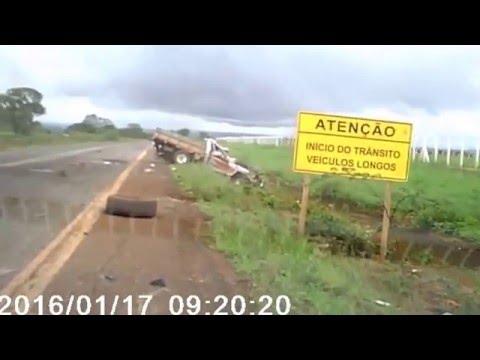 Caminhonete capota, passageiro é arremessado e sobrevive; veja vídeo Veículo atravessou a pista e fez várias manobras no ar até parar, em Goiás. Motorista saiu caminhando e ainda socorreu o outro ocupante do veículo.