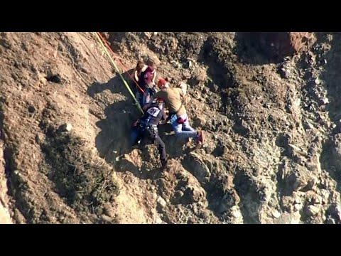 العرب اليوم - لحظة إنقاذ اثنين من السياح حوصروا أعلى منحدر خطير