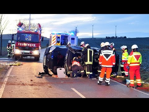 Glätteunfall: Fahrerin im Auto eingeklemmt