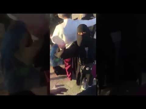العرب اليوم - لحظة اعتداء رجال أمن سعوديين على فتيات منتقبات