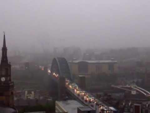 Vídeo incrível de raio atingindo ponte inglesa