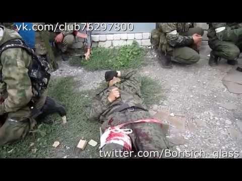 Ополченцы выносят раненого друга