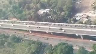 Pengendara mobil kompak menghadang pemotor yang lawan arah melewati jalan layang kampung melayu