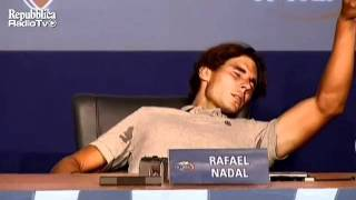 Download Video Nadal colpito da un crampo crolla a terra in sala stampa agli US Open MP3 3GP MP4