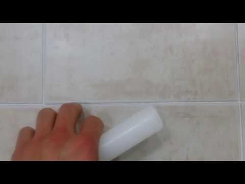 這個男子教大家用「一根白蠟燭」清潔浴室的妙招,效果居然好到像是剛搬進新家的時候!