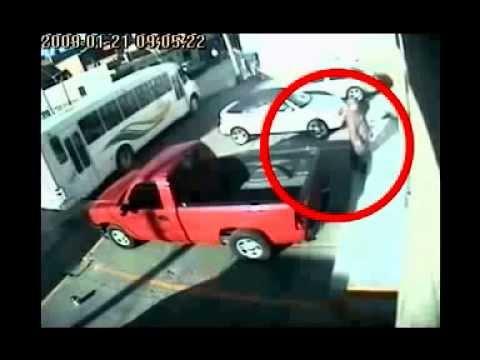 telecamera di sicurezza riprende un fantasma che guida una macchina
