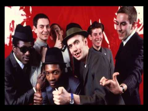Tekst piosenki The Specials - Stand Up po polsku