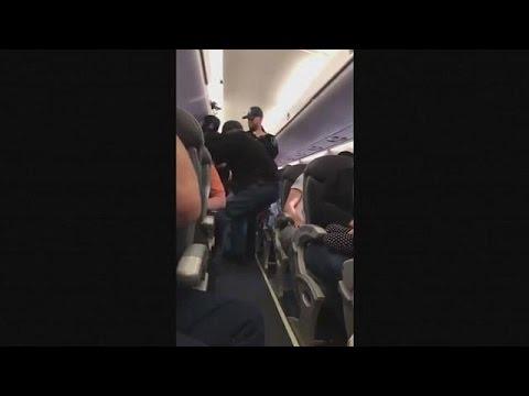 United Airlines: Απομάκρυναν βίαια επιβάτη από υπεράριθμη πτήση