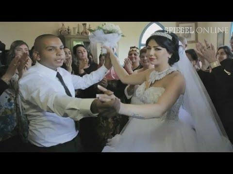 israel - Ihre Liebe darf nicht sein: Dutzende radikale Israelis haben am Wochenende gegen die Hochzeit von Maral Malka und Mahmoud Mansour protestiert. Doch das Hochzeitspaar ließ sich davon nicht beirren.