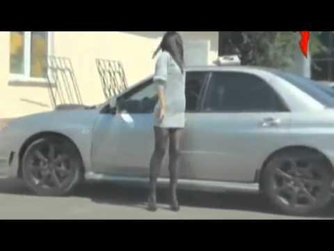 辣妹不知車上有人,直接掀裙整理內褲跟網襪!也歡迎來我車鏡前整理…