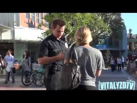 Čalis, pārģērbies par policistu, flirtē ar meitenēm