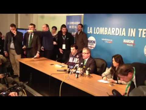 L'arrivo di Bossi in conferenza stampa