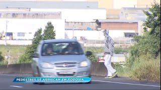 Pedestres se arriscam para atravessar a rodovia do Contorno em Marília