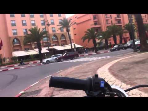mohamed6 - le roi du maroc à Marrakech dans sa voiture 2014 King of morocco hanging out alone الملك محمد السادس يتجول في مراكش.