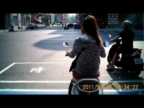 高雄正妹在路上被偷拍,這倒底是檢舉沒帶安全帽還是看妹啊!?