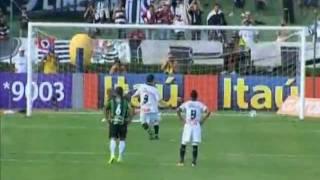 33a rodada - 06/11/2011 Na cobrança da falta, Willian levanta a bola na grande área, mas Neneca sai do gol para ficar com a bola. Neneca sente um choque com ...