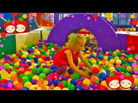 РАЗВЛЕКАТЕЛЬНЫЙ ЦЕНТР для детей / ФИКСИКИ / Батут, горки, бассейн с шариками / Веселые детские песни (видео)