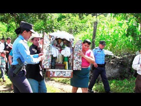 Linda policía escolta al Apóstol Santiago – Ediciones Mendoza (видео)