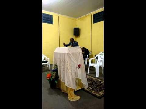 Pastor Ivan louvando em Nipoã