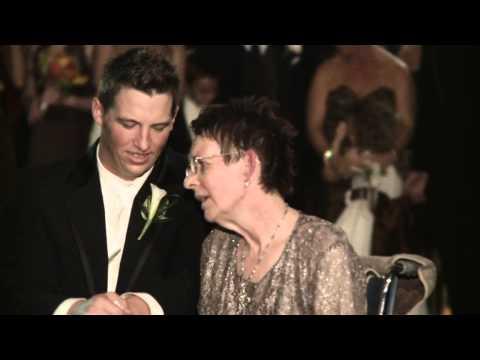 la madre non può camminare ma guardate lo sposo cosa fa...