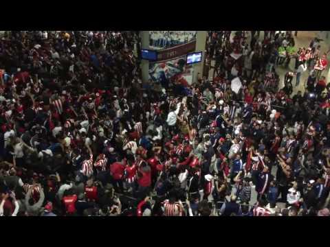 La hinchada no deja de alentar a Chivas !!! 🔴⚪️🔵 - La Irreverente - Chivas Guadalajara - México - América del Norte