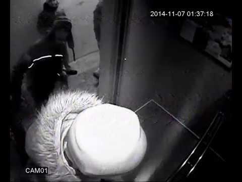 Пьяные малолетки громят лифт в Перми