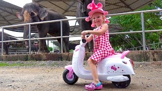 Download Lagu Funny Stacy feeds animals at the zoo Mp3